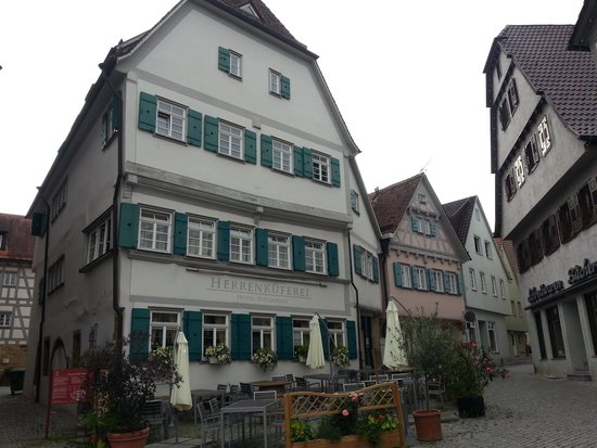 Hotel Restaurant Herrenkueferei : Hotelansicht vom Markgröninger Fachwerk-Marktplatz aus gesehen
