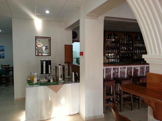 Family Inn : the bar and breakfast area