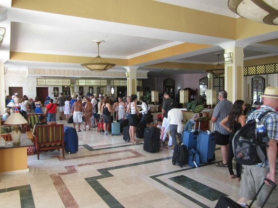 IBEROSTAR Laguna Azul: Check-in line-up