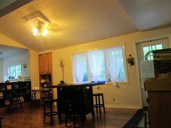 The Purple Frog Bed and Breakfast: Dining Area