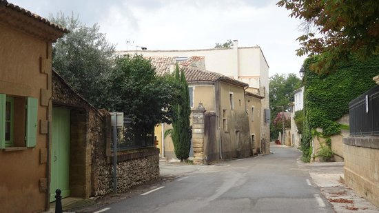 Tout Simplement : a short main street