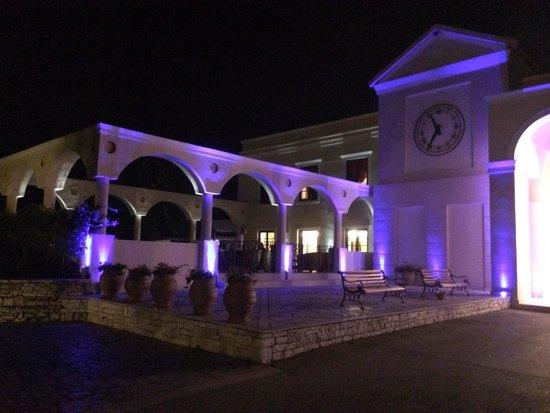 Roda Beach Resort & Spa: Hotel @ night!
