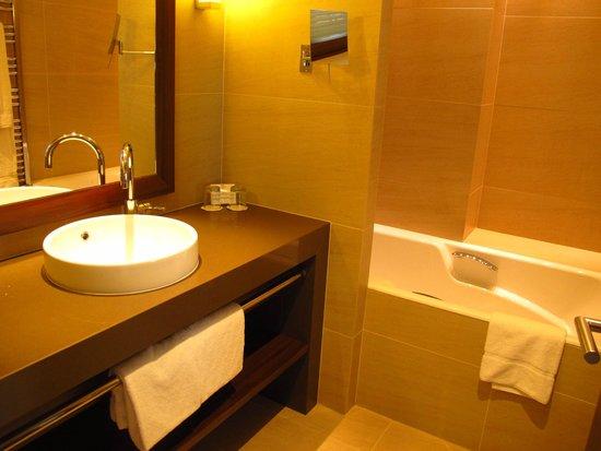 Hôtel Le Nouveau Monde : Bathroom