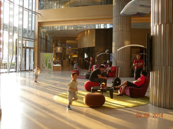 Hotel Novotel Taipei Taoyuan International Airport: 採光通風良好的挑高門廳