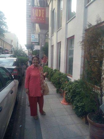 Sude Konak Hotel: Street outside the main gate