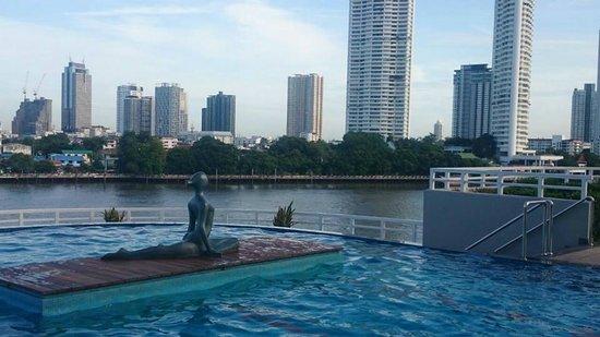 Chatrium Hotel Riverside Bangkok: Swimming pool view.