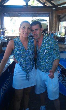 Zimbali Playa Spa Hotel: parte de los mejores camareros del chiringuito de la piscina del hotel zimbali.
