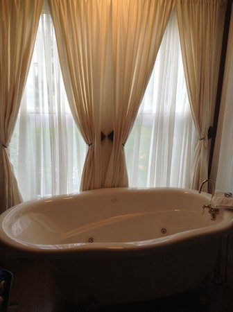 James Place Inn Bed and Breakfast: Jetted Claw Foot Style Tub -Rose Room