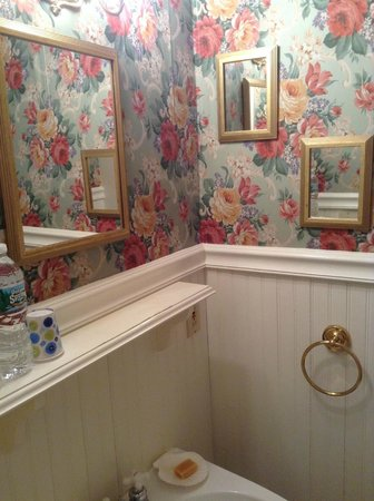 James Place Inn Bed and Breakfast: Bathroom