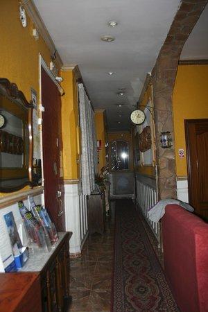 Hostal Comercial: El pasillo con la puerta de entrada.