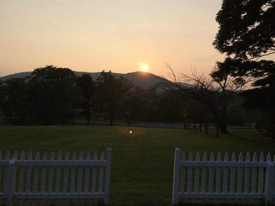 Middleton Inn: Sunset from front door of Cottage