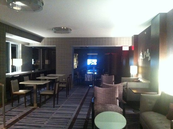 Marriott Marquis Washington, DC: Executive Lounge at Night (access to terrace is on the left)