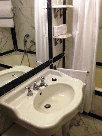 Helvetia & Bristol Hotel: バスルームはクラシックな作りで少し狭いですが使いやすいです