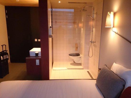 Volkshotel: Vom Bett auf kann direkt in die Dusche und Toilette gesehen werden.