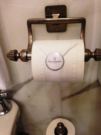 Helvetia & Bristol Hotel : わざわざトイレットペーパーにシールが貼ってあります