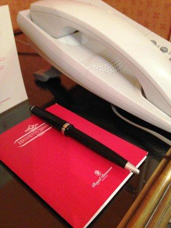Helvetia & Bristol Hotel : ベッドそばに電話とメモ帳」