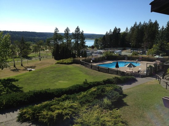 108 Resort: Pool, golf course, lake