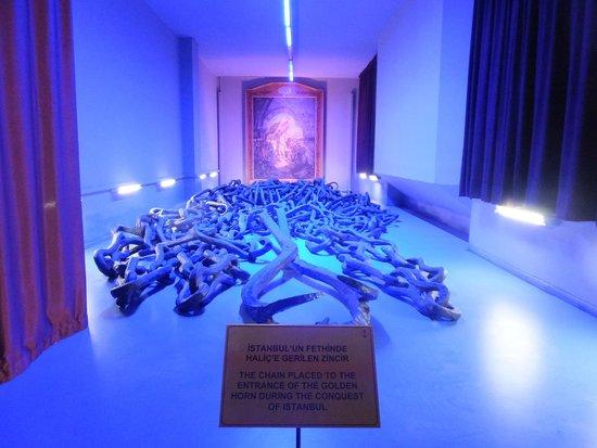 Militärmuseum (Harbiye Askeri Müzesi): 金角湾を封鎖した鎖(コンスタンティノープル攻略戦)