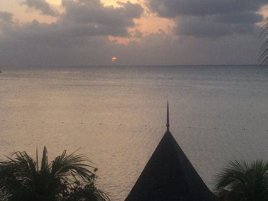 Hotel Riu Montego Bay: Beautiful sunset from our oceanfront suite balcony