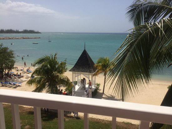 Hotel Riu Montego Bay: Wedding outside our balcony almost everyday