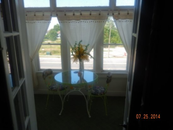 A Night to Remember B&B : view from our bedroom into the sunroom