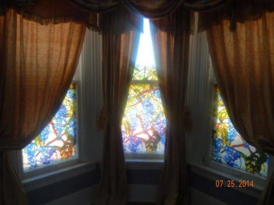 A Night to Remember B&B : beautiful windows