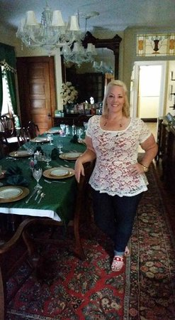 A Night to Remember B&B : me in the dining room where we meet for breakfast