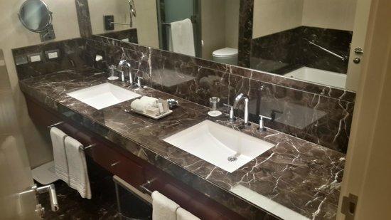 Alvear Art Hotel: Baño