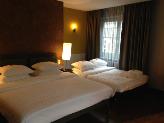 Hotel V Nesplein: Junior Suite for 2 adults and 2 Kids - plus sitting area - plenty of space