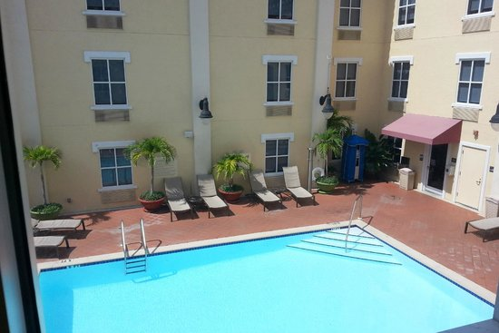 Hampton Inn and Suites St. Petersburg Downtown: View of Pool from 304