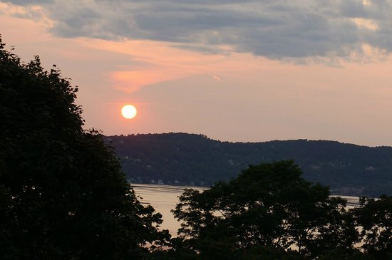 Tarrytown House Estate on the Hudson : Beautiful sunset from our private balcony