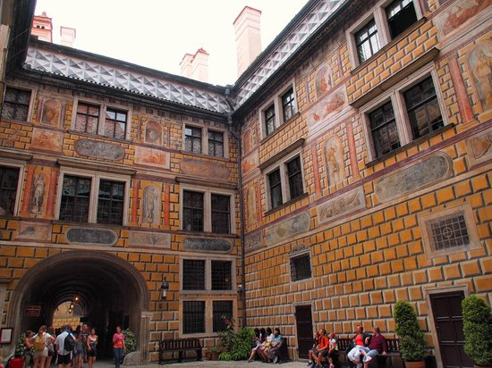Cesky Krumlov Walking City Tour: Love the colourful walls much