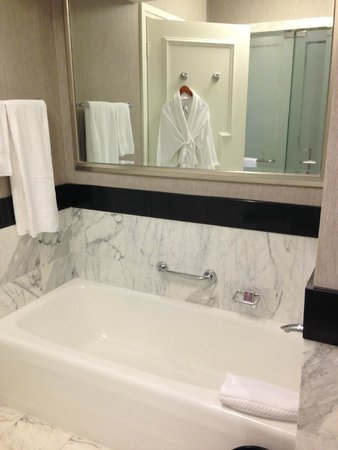 The Ritz-Carlton, South Beach: Bathroom tub