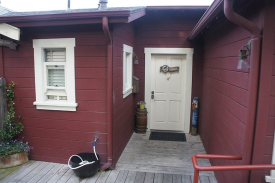 Nick's Cove Cottages: Front door