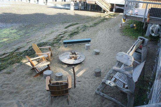 Nick's Cove Cottages: View of the fire pit and beach