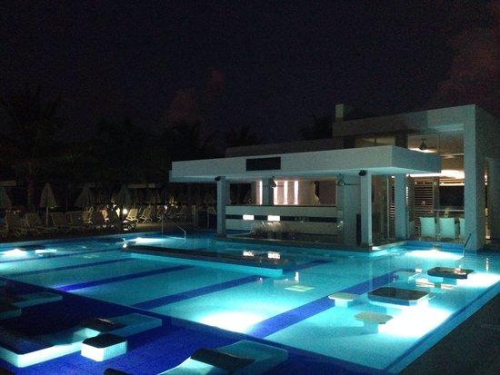 Hotel Riu Palace Mexico: Pool night.