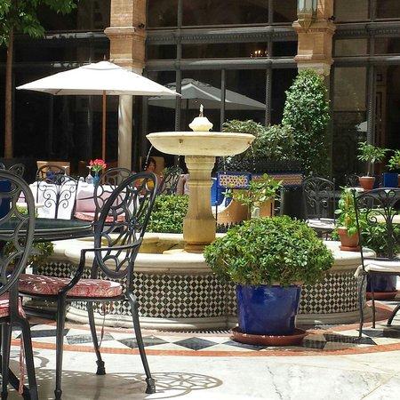 Hotel Alfonso XIII, A Luxury Collection Hotel, Seville: Midden van de binnentuin