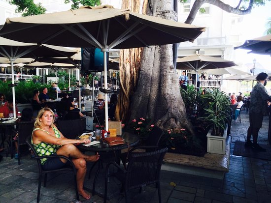 Moana Surfrider, A Westin Resort & Spa: Table in the shade
