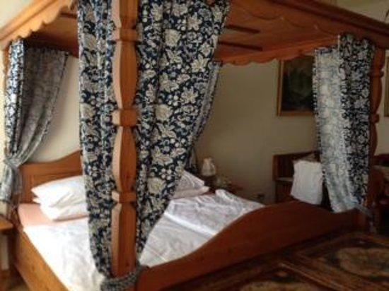 Hotel Urania: кровать