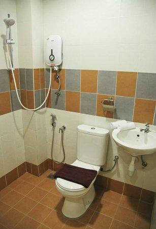 Sun Inns Hotel Laksamana: clean bathroom
