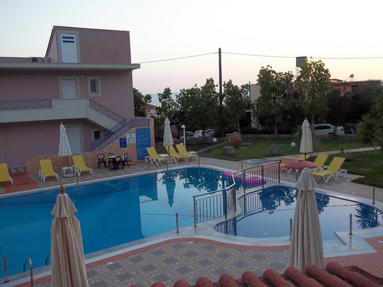 Aiolos Hotel Apartments: Early morning view of the spotless pool!