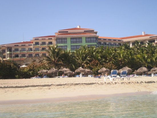 Melia Las Americas: Picture of the hotel from inside the water
