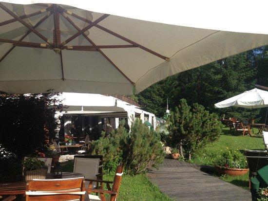 Hotel Mirage Cortina : il giardino esterno