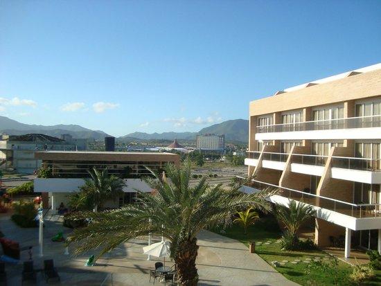 Margarita Real Boutique Hotel: Vista desde el balcon hacia el Sambil