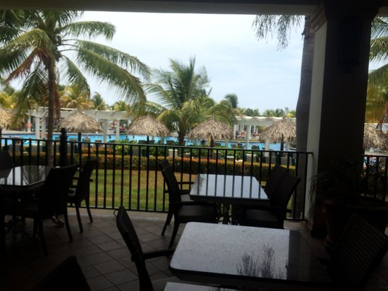 Hotel Riu Montego Bay: Pool from the dining area