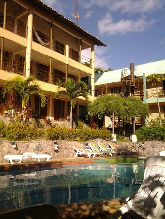 Pousada TropicalWind Cumbuco: Vista de alguns apartamentos pelo ângulo da piscina