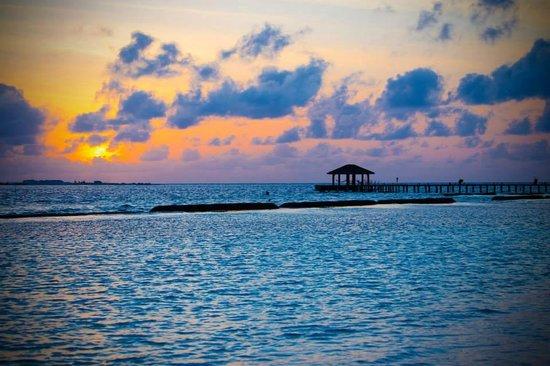 Komandoo Maldives Island Resort: Sonnenuntergang mit Jetty