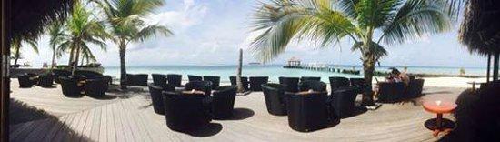 Komandoo Maldives Island Resort: Ein Panorama-Blick auf Pool und Bar-Terrasse
