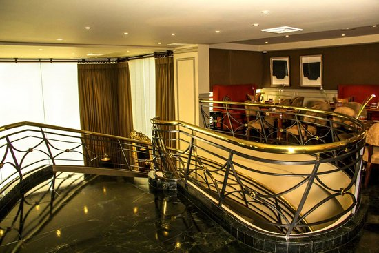 Royal Park Hotel: Lounge and Bar staircase