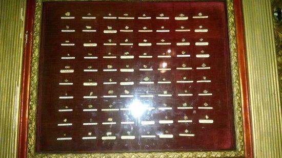 Sanctuaire De Beauvoir : Cadre avec des fragements d'os de saints